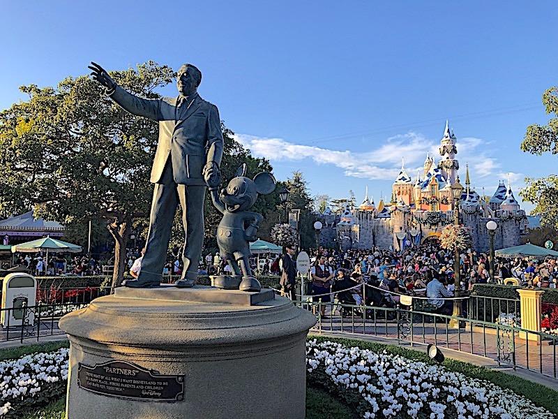 """Sleeping Beauty's Castle'ın önündeki Walt Disney ve Mickey Mouse'un """"Ortakları"""" heykeli"""