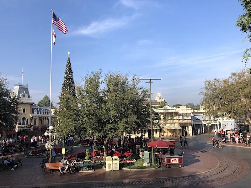 Kent Meydanı, Disneyland'deki ABD'deki Main Street, ABD'deki tatil için dekore edilmiştir.