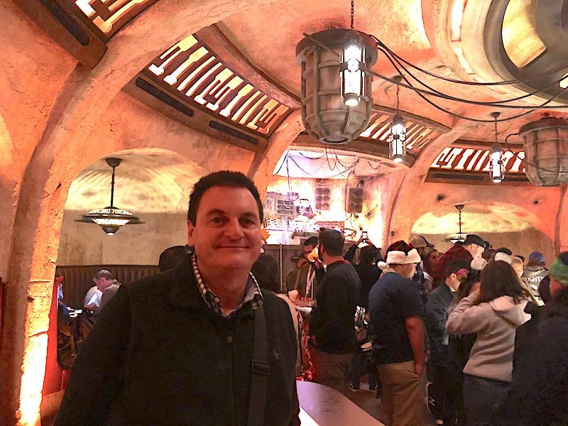 Barry Kramer, Disneyland'daki Edge'in Black Spire Outpost'sındaki Oga'nın Cantina'sındaki bir içeceğin ve müziğin tadını çıkarıyor