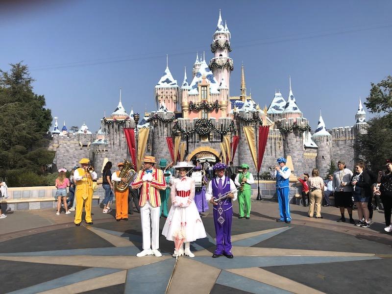 Sleeping Beauty's Castle'ın önündeki müzikal bir kutlama