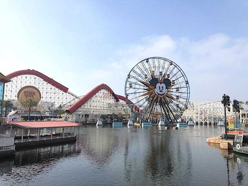 Disney'teki California Adventure Park'taki Pixar İskelesi ve Incredicoaster