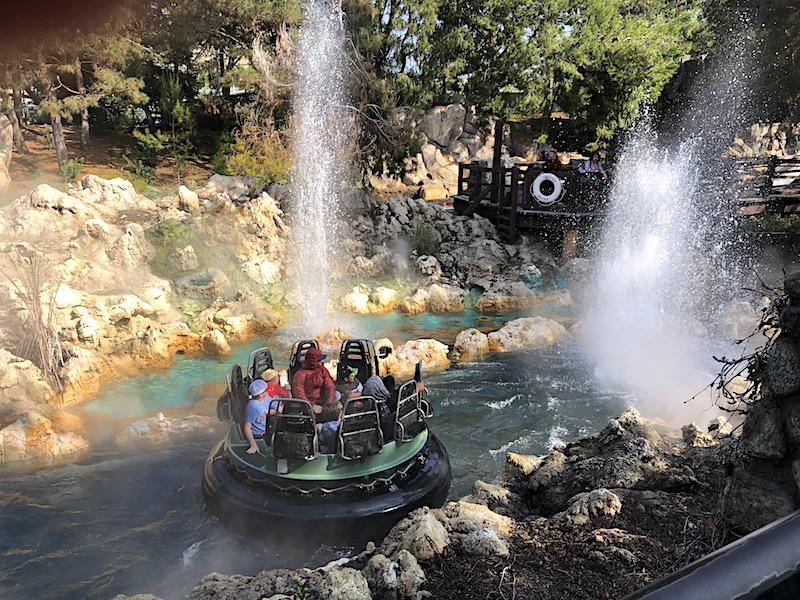 Grizzly River Run'da iyi konumlandırılmış bir gayzer, Disney'in California Adventure Park'ında