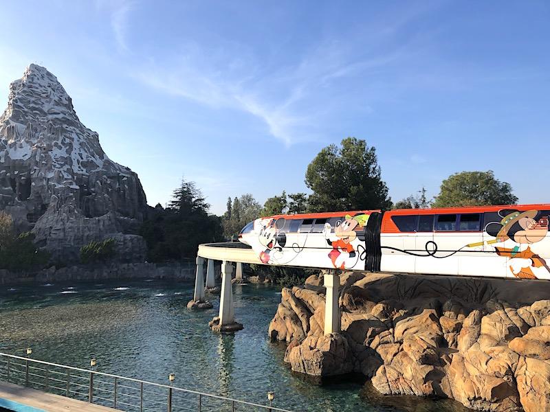 Disneyland'daki Matterhorn Bobsleds atraksiyonunun önündeki Monoray