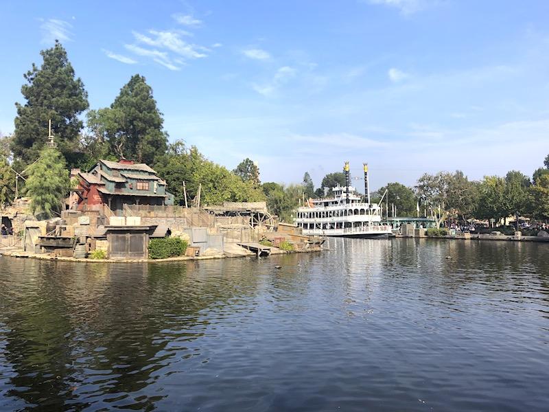 Tom Sawyer'ın Adası'nın önünde Amerika Nehirleri'nde dolaşan Mark Twain Riverboat